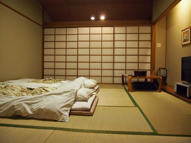 Không gian phòng ngủ tối giản, rộng rãi.