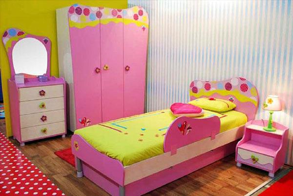 Màu hồng kết hợp với màu vàng trong thiết kế phòng ngủ dễ thương